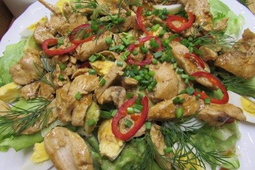Салат с курицей, авокадо и перепелиными яйцами