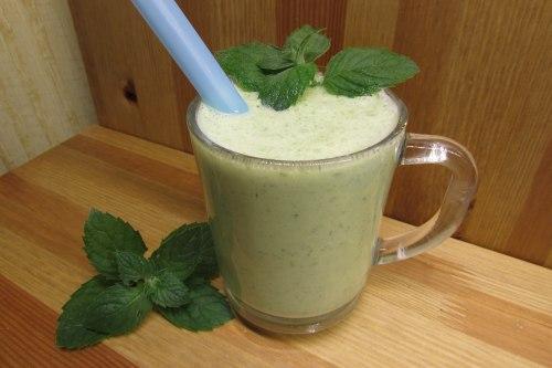 Диетический коктейль из кефира, зелени и огурца