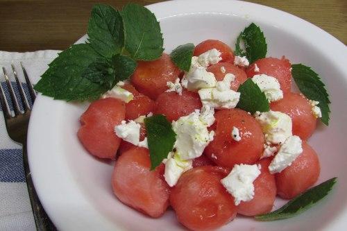Легкий салат из феты и арбуза