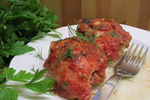 Куриные бедра, запеченные под соусом из помидоров и базилика