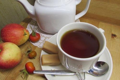 Чай с шиповником и яблоком
