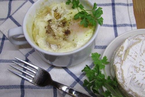 Яйца, запеченные с сыром бри и беконом