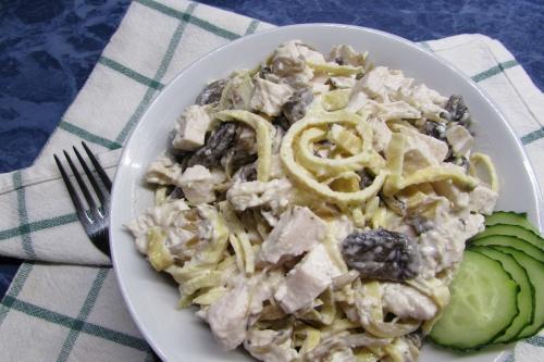 Салат из курицы с жареными шампиньонами