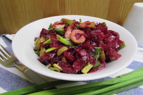 Салат из свеклы и оливок с зеленым луком
